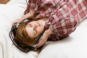 žena-odmara-sluša-muziku