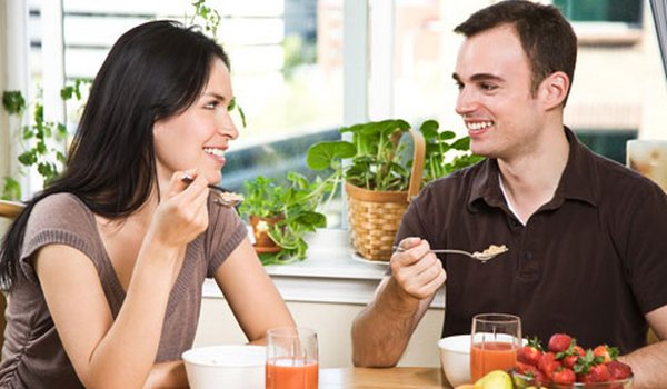 couple-enjoying-healthy-meal-480