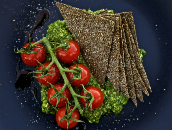raw-food-recipe-Fennel-Chia-Crackers-with-Arugula-Pesto